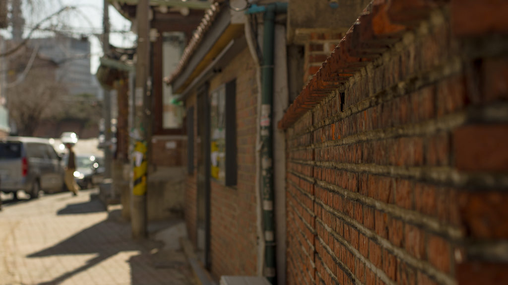 Opening to an alleyway in the Pirun-dong neighborhood of Seoul, South Korea (photo: P.M. Lydon | 2013)