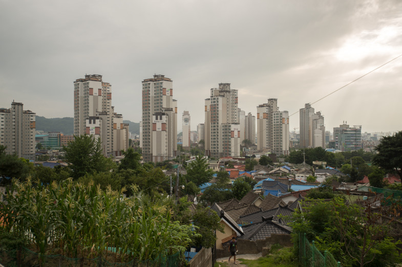 The old 'daedong' neighborhood in the foreground, and new development behind it (P.M. Lydon, CC BY-SA)