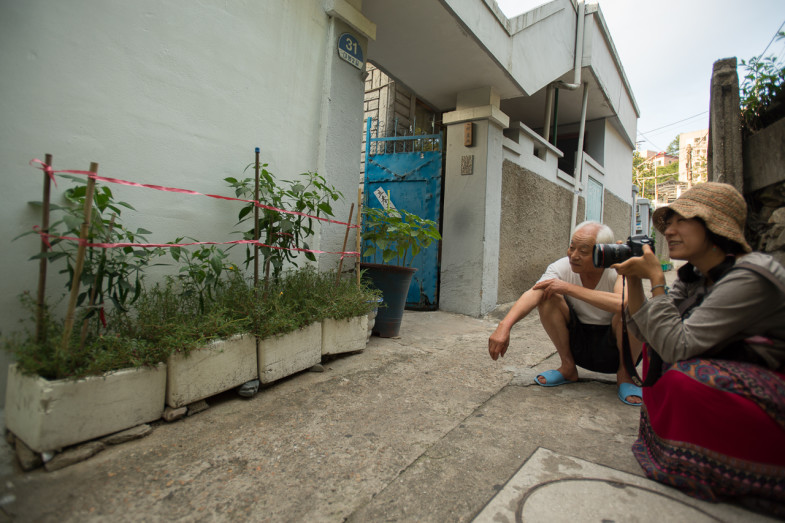 Hyunsung Park (박현성) energetically talks to Suhee about his alleyway pepper plants (P.M. Lydon, CC BY-SA)