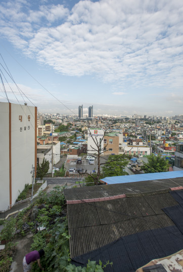 Morning view from the Small House Library (작은집) in Daejeon, Korea (CC BY-SA, P.M. Lydon)