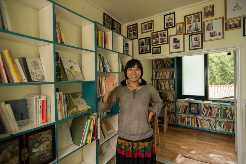 Suhee in the Small House Library (작은집) in Daejeon, Korea (CC BY-SA, P.M. Lydon)