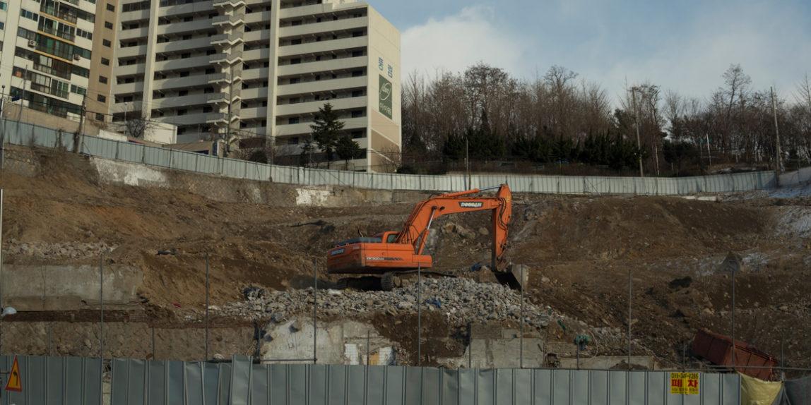 Construction in Seoul, South Korea (photo: P.M. Lydon   CC BY-SA)