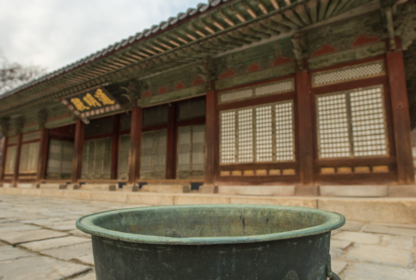 Changyeong Palace's big buckets of water in Seoul, South Korea (photo: P.M. Lydon | CC BY-SA)