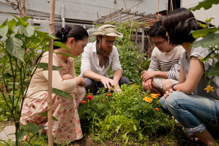 Conducting a 'nature sensing' workshop in the REALtimeFOOD garden